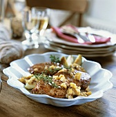 Fried pork medallions with apples and thyme