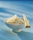 Ein Schälen gebratener Reis mit Essstäbchen