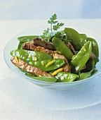 Strips of fried calf's liver with mangetout