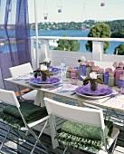 Sommerlich gedeckter Tisch auf einem Balkon