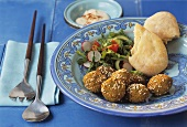 Falafel (Kichererbsenbällchen) mit Salat, Pitabrot und Tahin