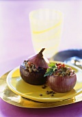 Red onions stuffed with lentils, cheese and ham