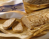 Roggen-Sauerteig-Brot, angeschnitten auf Holzbrett