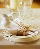 Elegant place-setting (cream-coloured)