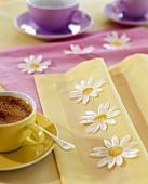 Heiße Schokolade auf Tisch mit Frühlingsdeko