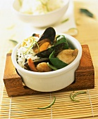 Grünes Meeresfrüchtecurry mit Spinat und Reis