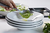 Petersilienravioli mit Lammfüllung auf Teller legen