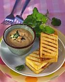 Tofu-Erdnuss-Schnitte mit Erdnussdip und Minze