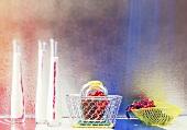 Milch-Johannisbeer-Mixgetränk in Karaffen & frische Beeren