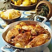 Geschmortes Kaninchen mit Oliven und ein Schälchen Couscous