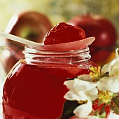Apple and redcurrant jelly (close-up)