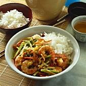 Asiatische Garnelen-Gemüse-Pfanne mit Reis