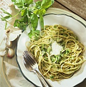 Spaghetti with garlic, onions and parsley