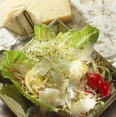 Mixed salad with pears, cheese and sprouts