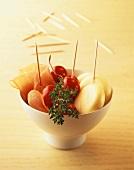 Schale mit Mini-Goudas, Tomaten, Schinken und Thymian