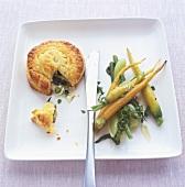 Mini-Gemüsepastete, geschmorte zarte Karotten und Babyfenchel