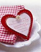 Herzförmige Speisekarte auf weißer Porzellanplatte