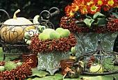 Tischdeko mit Hagebuttenkränzen und Herbstastern