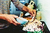 Hähnchensalat mit Weiss- und Rotkraut wird zubereitet