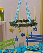 Hängender Adventskranz aus Zypressen mit Kerzen & Sternen