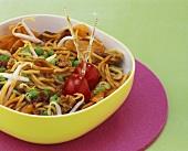 Gebratene Nudeln mit Hackfleisch, Sojasprossen & Gemüse