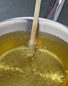Öltemperatur mit Holzstiel prüfen