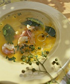 Broth with prawns, lemon leaves and capers