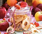 Getrocknete Apfelringe im Glas