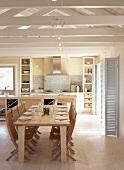 Gedeckter Esstisch mit Holzklappstühlen unter offener Dachkonstruktion