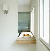 Holzarbeitsfläche einer Küche und Obstschale zwischen Wanddurchbruch