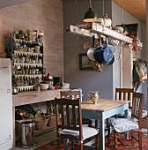 Esstisch in rustikaler Küche