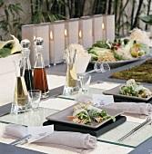 Ein asiatisch gedeckter Tisch mit Reispapierröllchen