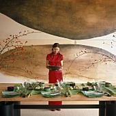 Asiatin vor gedecktem Tisch