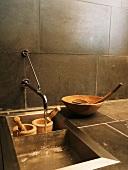 Holzschalen & zwei Holzmörser in Waschbecken