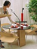 Eine Frau deckt Tisch