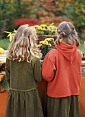 Zwei Mädchen beim Basteln