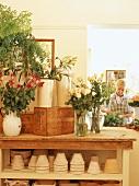 Blumensträusse auf einem Tisch