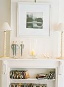 Das weiße Einbauregal mit Art Déco Elementen bietet Platz für CD's und eine Ablagefläche für Deko und Beleuchtung