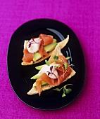 Melba toast with smoked salmon and avocado