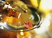 Aromaöl tropft in Schale einer Duftlampe