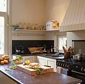 Klassische Küchenzeile mit einem schwarzen antiken Gasherd