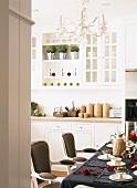 In der liebevoll dekorierten Küche steht ein festlich gedeckter Esstisch