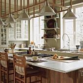 Die Esstheke einer gemütlichen Küche im Landhausstil