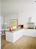 Offener Koch- und Essbereich mit puristischer Küchenzeile im Designerstil