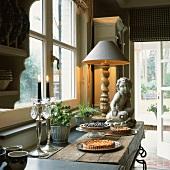 Verschiedene Kuchen auf der rustikalen Holzablage einer eleganten Landhausküche