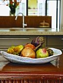 Handgefertigte Obstschale mit exotischen Früchten