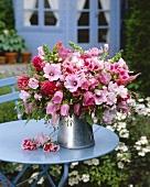 Rosa Blumenstrauss im Zinkkrug