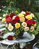 Bunter Rosenstrauss auf Gartentisch
