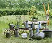 Gartenutensilien aus Zink und Antiquitäten