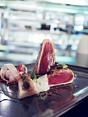 Vorspeise mit Thunfisch (künstlerisch verfremdete Fotografie)